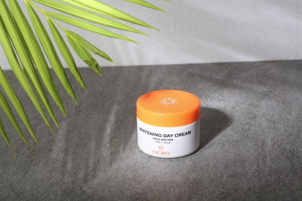 Kem dưỡng trắng da CICIRO ban ngày có kết cấu mỏng nhẹ và cung cấp đủ dưỡng chất cho da!