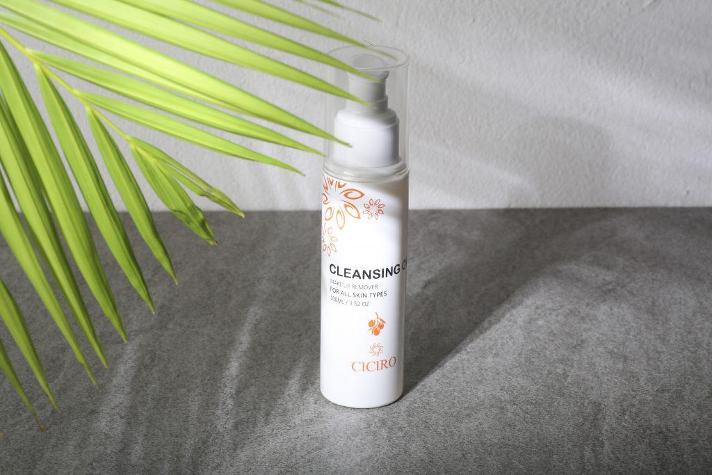 Dầu tẩy trang sẽ giúp loại bỏ lớp makeup và các bã nhờn, bụi bẩn tích tụ trên da, trả lại cho bạn làn da thông thoáng và sạch sẽ!